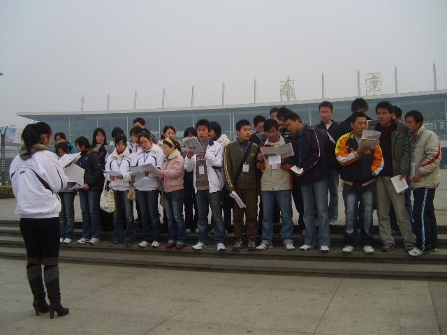 南京火车站前晨读和宣传